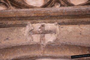 Cruz de madera sobre la puerta de la Iglesia San Juan del Hospital
