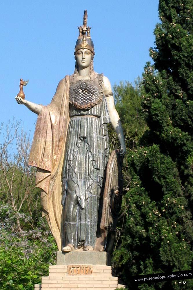 Estatua de la diosa Atenea en el jardín de la Avenida Blasco Ibáñéz