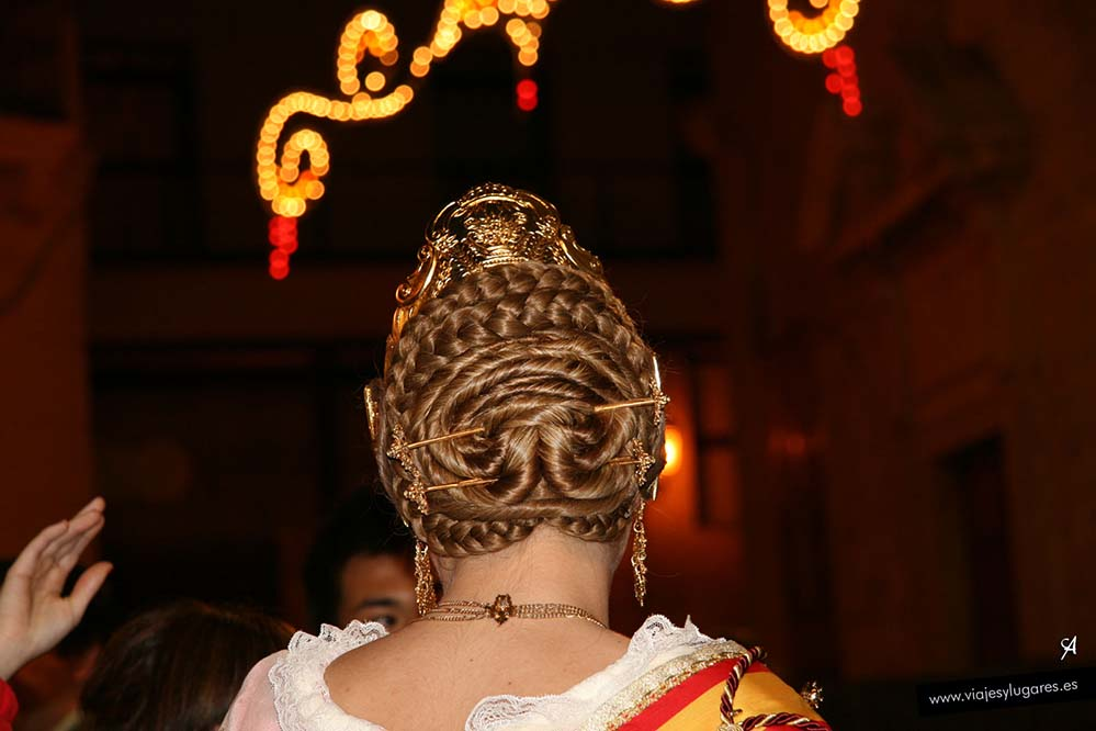 Peinado tradicional de una fallera