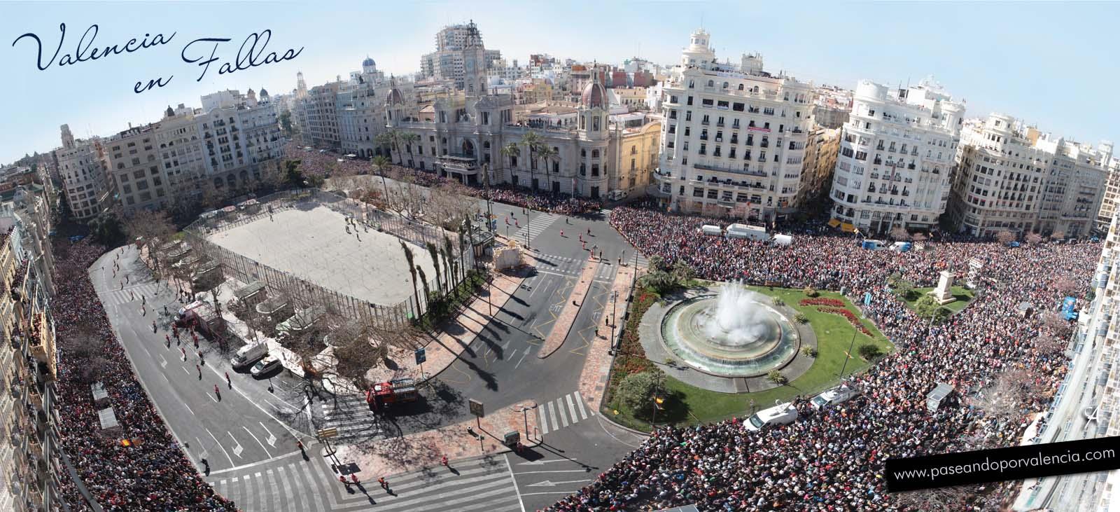 Vista panorámica de la Plaza del Ayuntamiento preparada para la mascletà