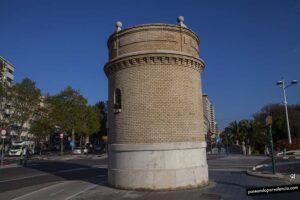 Torre de aprovisionamiento de agua en el puente de las Flores en Valencia