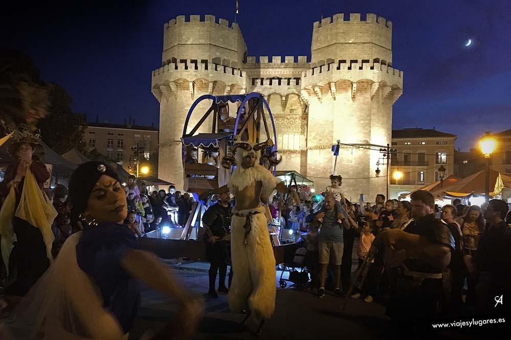 Feria medieval en el puente de Serranos en Valencia