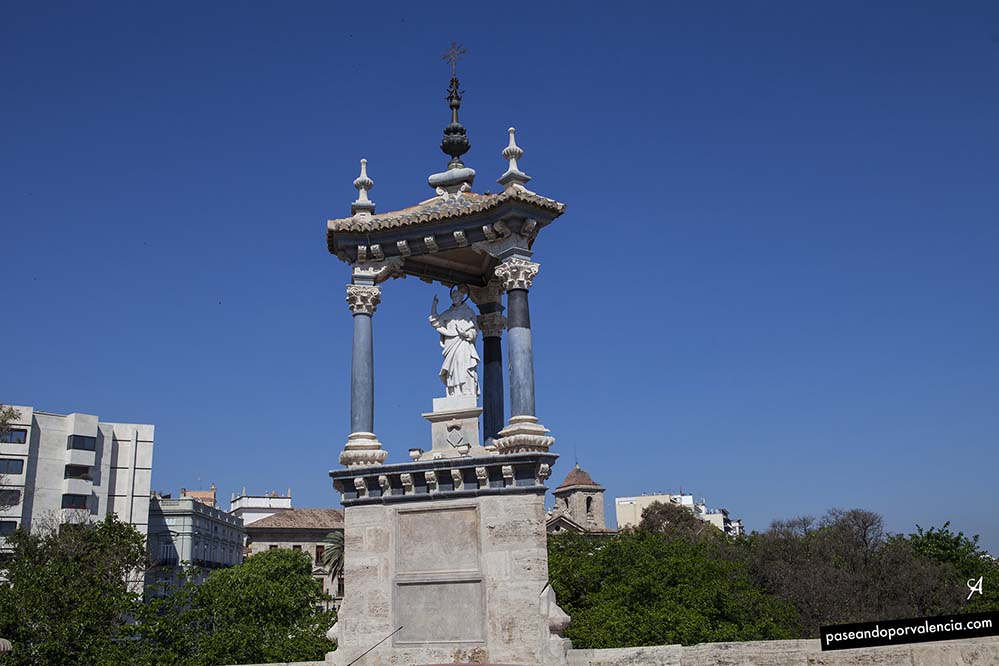 Casalicio con la estatua de San Vicente Ferrer en el puente del Real en Valencia